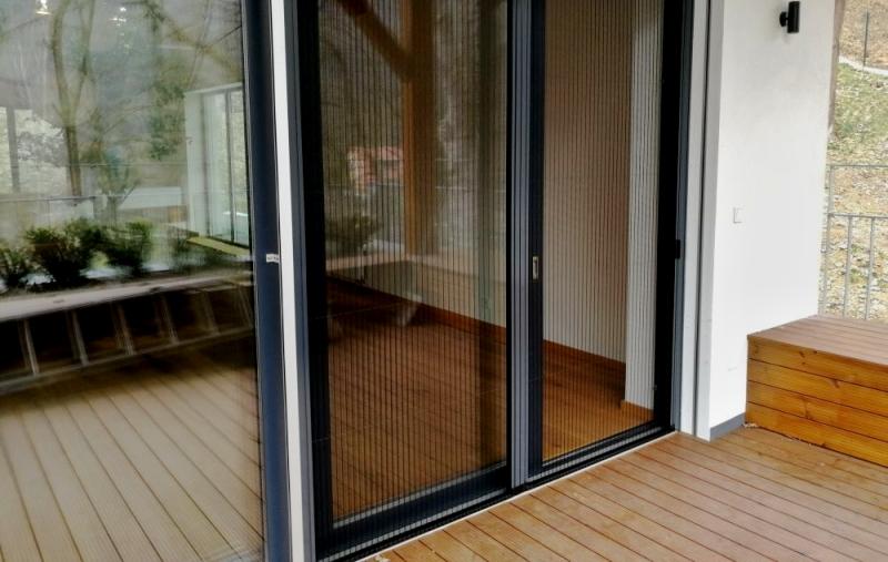 Plisovaná síť proti hmyzu pro dveřní portál