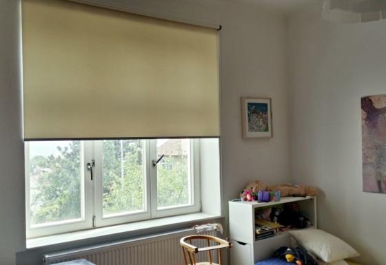 Textilní rolety pro obývací prostory rodinné vily