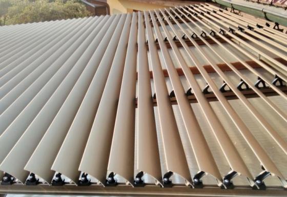 Šikmý naklápěcí slunolam pro střechu zimní zahrady