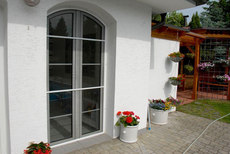 Obloukové sítě proti hmyzu do oken a do dveří pro rodinný dům