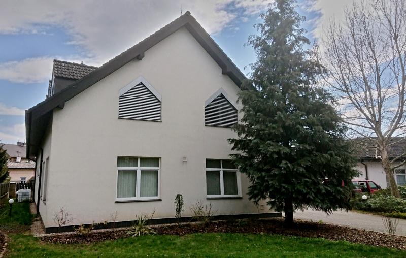 Šikmé venkovní žaluzie s lamelou C 80 pro rodinný dům