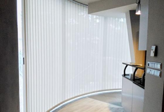 Obloukové vertikální žaluzie pro rodinný dům