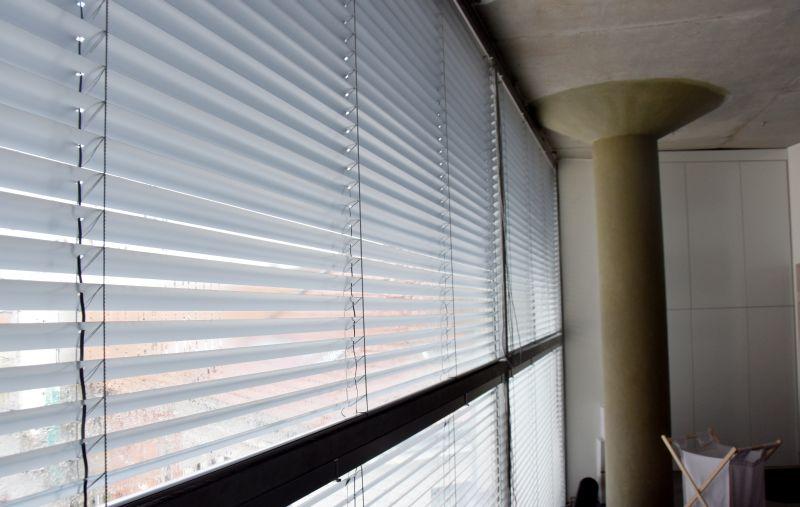 Vnitřní hliníkové žaluzie 50 mm pro patrovou stavbu
