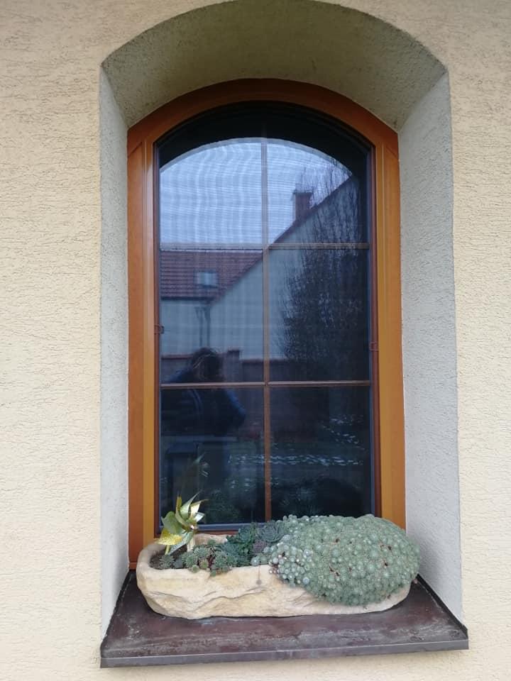 Obloukové sítě proti hmyzu do oken