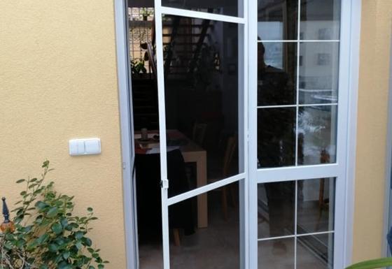 Obloukové sítě proti hmyzu do dveří