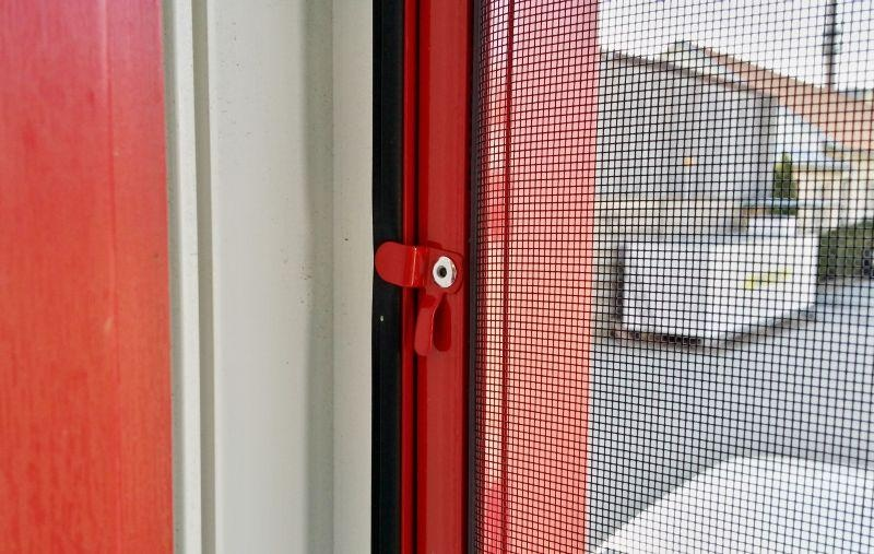 Okenní sít proti hmyzu uchycení háčky