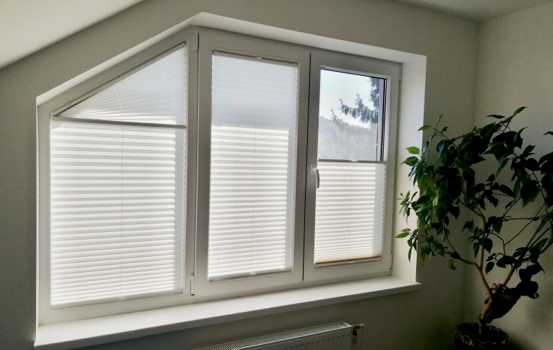 Slope pleated blinds
