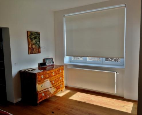 Textilní rolety pro rekonstruované patro rodinné vily pokoj