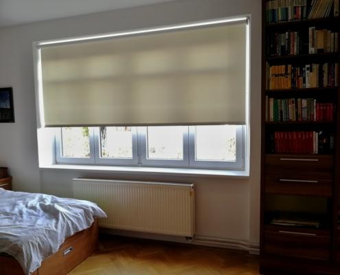 Textilní rolety pro rekonstruované patro rodinné vily ložnice