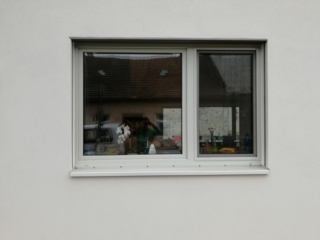 Detail okna po vysunutí žaluzie do skrytého boxu